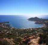 drapeau-baie-rastel-agay-panoramique-vue
