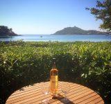 Bouteille-vin-terasse-vue-mer-location-vacance-agay-var