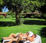 couple-jeune-jardin-gazon-herbe-loisir-vacances-location